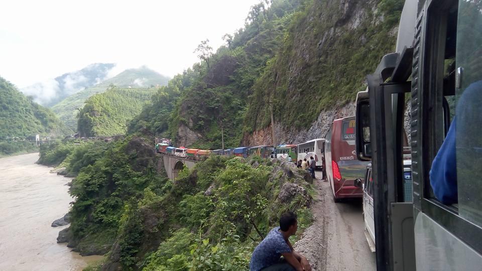 जलविरेमा गएकाे पहिरोले नारायणगढ-मुग्लिन सडकखण्ड अवरुद्ध