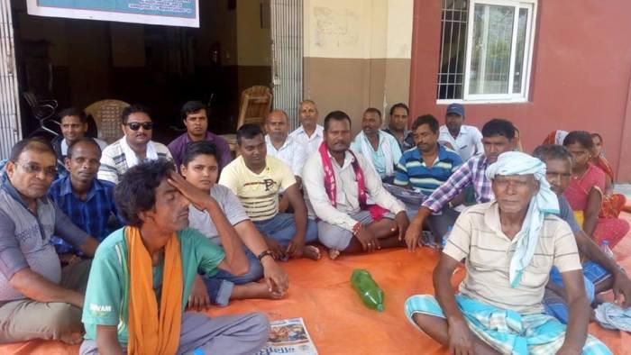 सडक निर्माणको माग गर्दै जनकपुरमा स्थानीयहरु तीन दिनदेखि धर्नामा