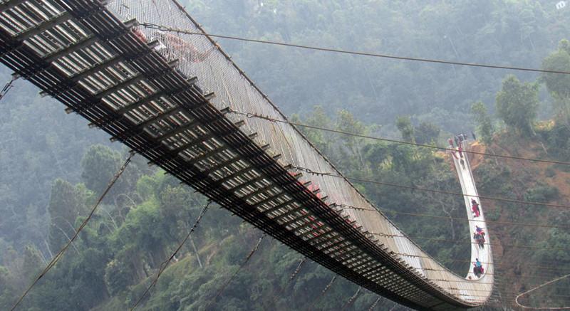 दुई जिल्ला जोड्ने नेपालकै लामो पुल बन्दै