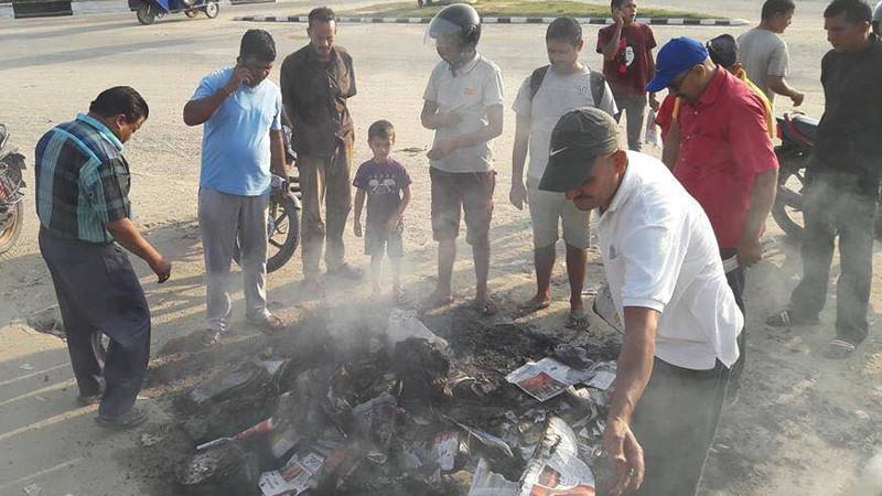 कैलालीको अत्तरियामा राष्ट्रिय दैनिक पत्रिकाहरु जलाइयाे