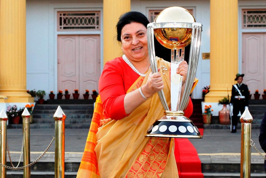 विश्वकप क्रिकेट ट्रफी राष्ट्रपतिको हातमा