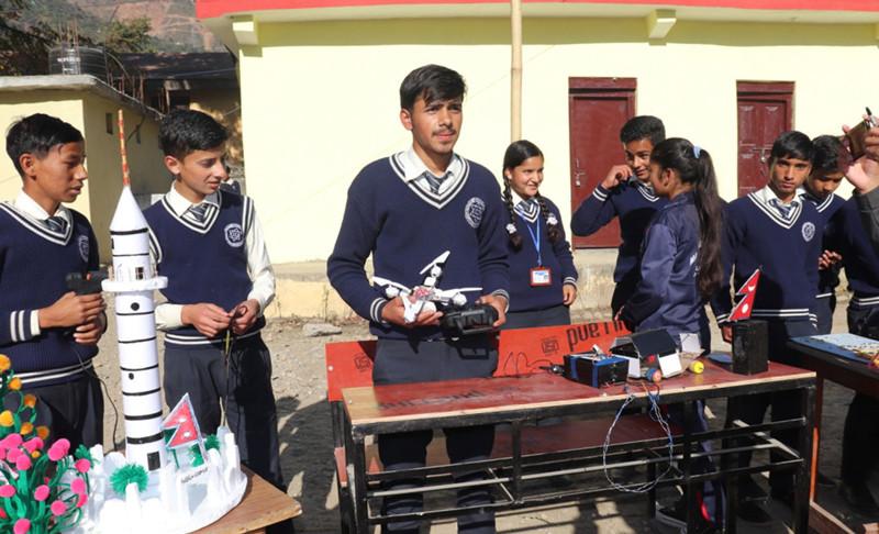 दार्चुलाका विद्यार्थीले ड्रोन बनाए
