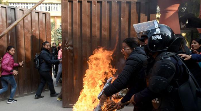नेविसंघद्वारा प्रधानमन्त्री ओलीको पुत्ला दहन