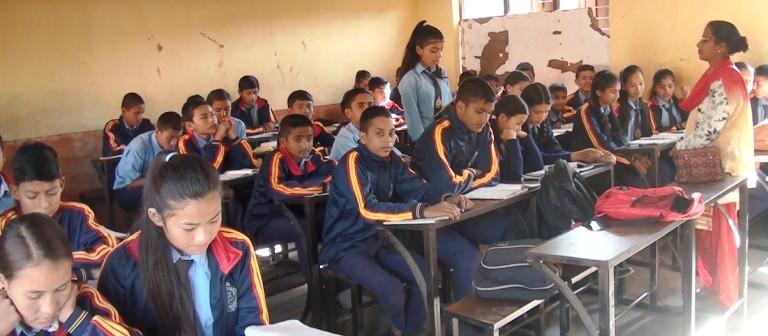 सामुदायिक विद्यालयको एउटै कक्षामा ४०० जना विद्यार्थी !