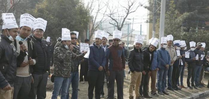 डा. केसीकाे समर्थनमा माइतीघरमा प्रदर्शन, मागप्रति नेपाल चिकित्सक संघकाे ऐक्यवद्धता