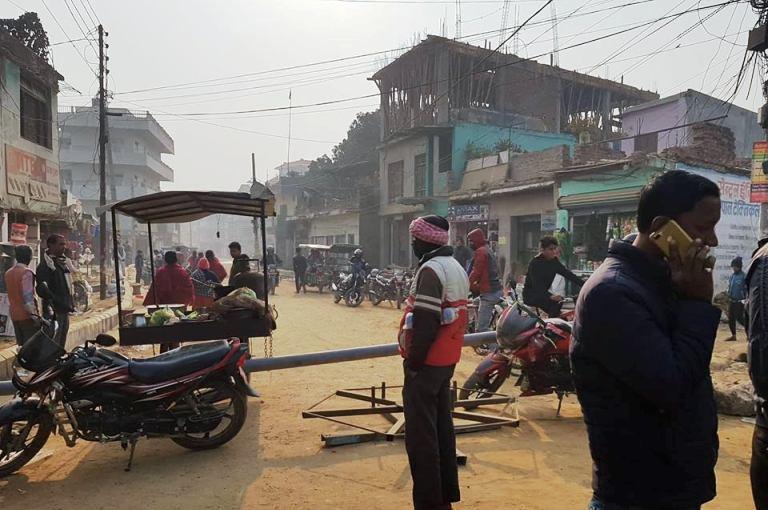 जनकपुरका मेयर लालकिशोरको घर अगाडि स्थानीयले गरे चक्काजाम