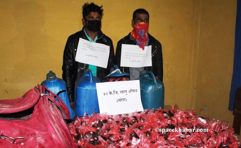४० के.जी चरेस सहित २ भारतीय नागरिक पक्राउ