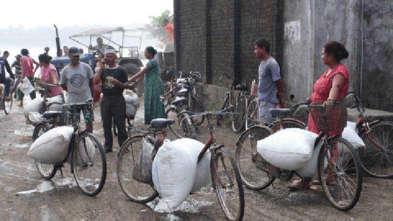 साइकलको भरमा परिवार पाल्दै कञ्चनपुरका महिला