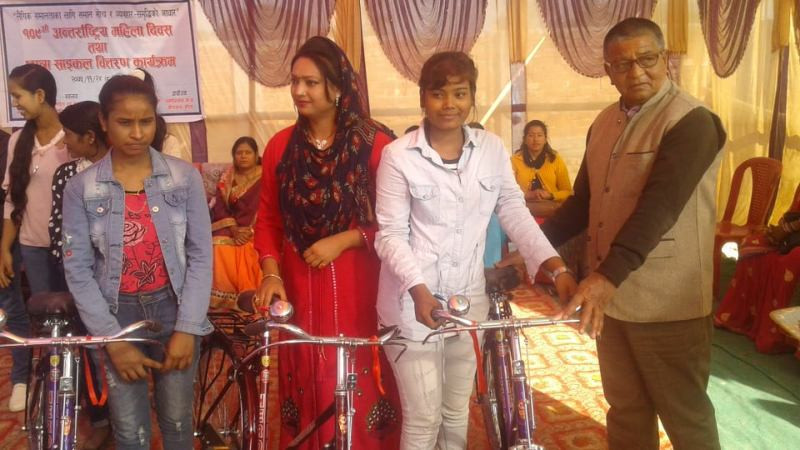 महिला दिवस:एसईईमा वि प्लस माथि अंक ल्याउने छात्रालाई साइकल वितरण