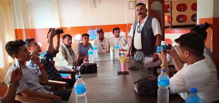 श्रीमान् गम्भीर नेपाली...बजाउने दुई युवा प्रहरी नियन्त्रणमा