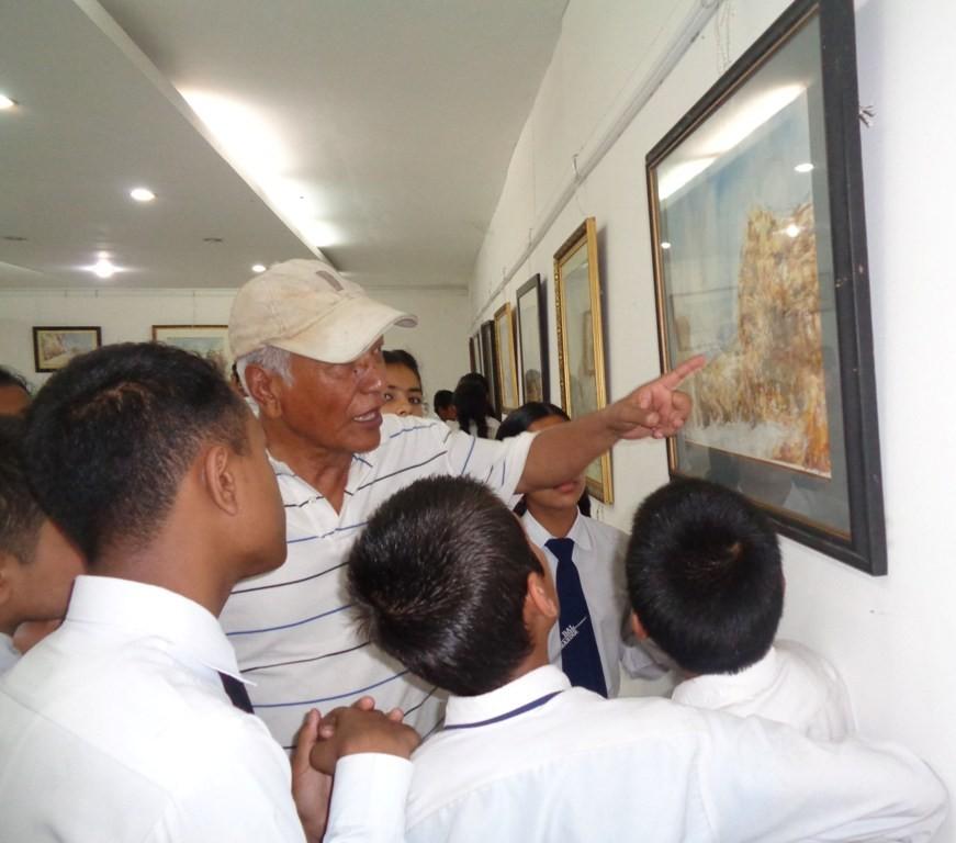विद्यार्थीसँग रमाउँदै कलाकार कायस्थ