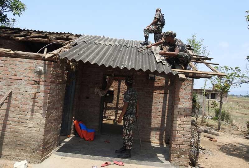 कञ्चनपुरका हावाहुरी पीडित भन्छन् - 'सेना आउँदा सास फेर्न पाइयो'