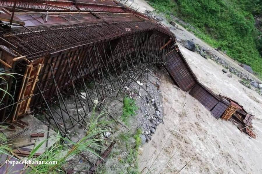 मादीमा निर्माणाधीन पुल बाढीले बगायो