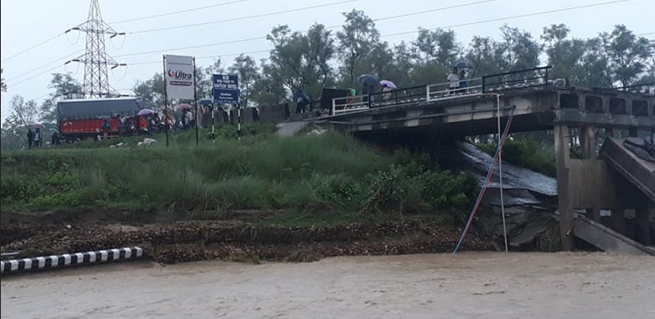 बर्दिबासको भप्सी पुल भत्कियो : महेन्द्र राजमार्ग अवरुद्ध, यात्रु र सवारीसाधन अलपत्र