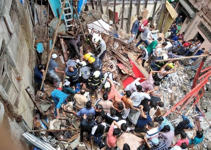 चारतले भवन भत्किँदा २ को मृत्यु, ४० जना पुरिएको आशंका