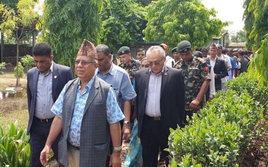 बाढी प्रभावित क्षेत्रमा नेताहरूको लस्कर: राहत पर्खेका पीडितले पाए आश्वासन