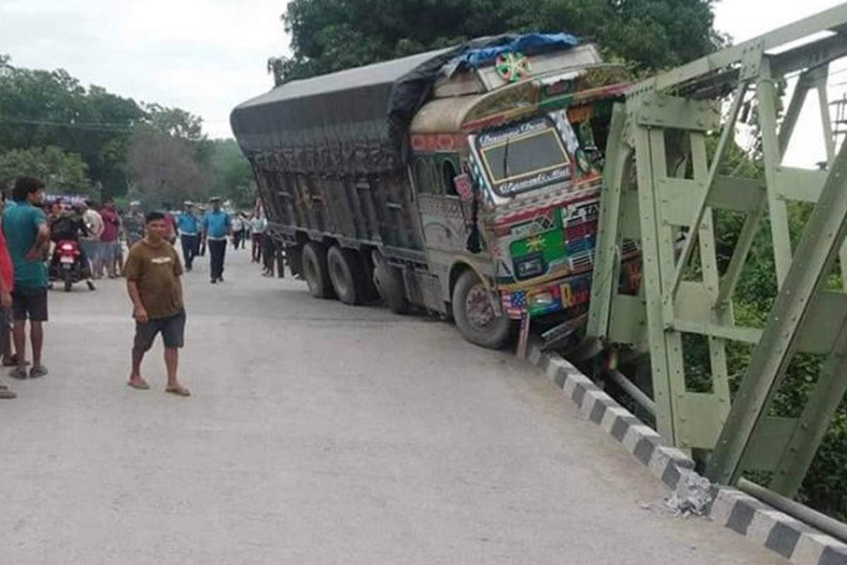 अरुणखाेलाकाे डाइभर्सन बगाउँदा महेन्द्र राजमार्ग ठप्प