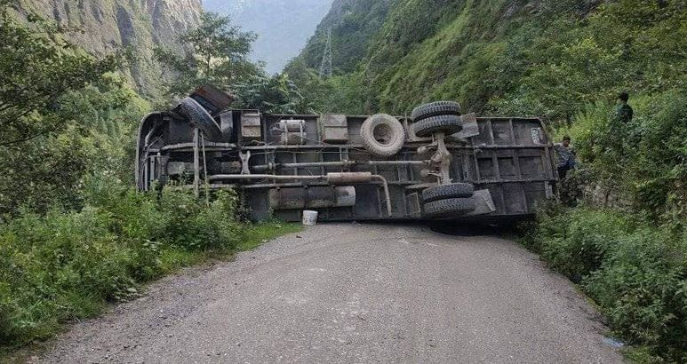 दाउन्ने उकालोमा ट्रक पल्टिदा दुई जनाको मृत्यु