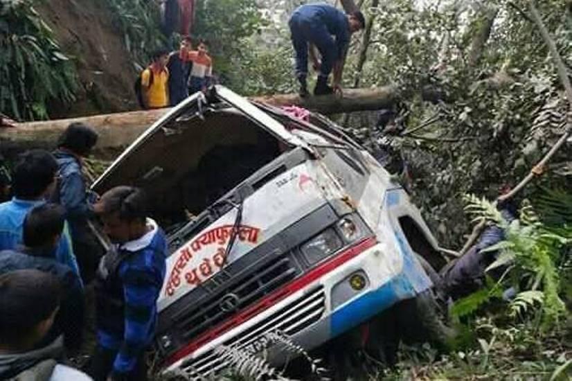 बिपी राजमार्गमा बस दुर्घटना एकको मृत्यु,२४ घाइते