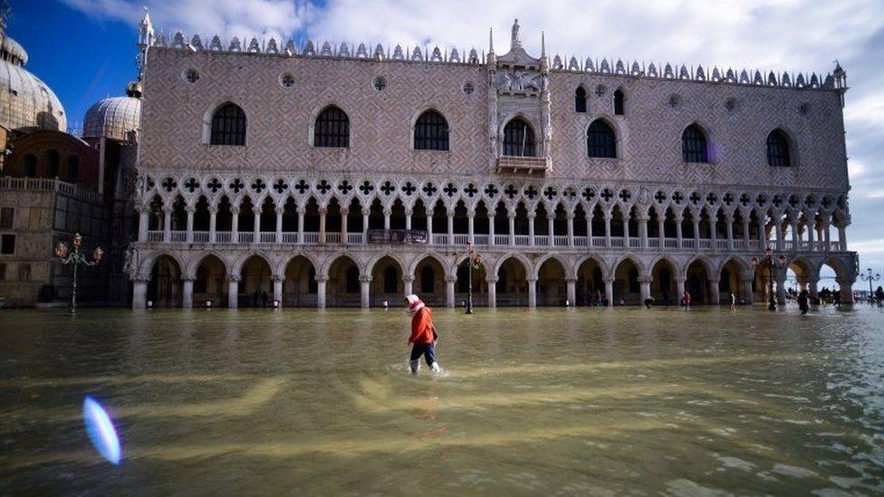 इटलीमा समुद्रको पानी सहर पसेपछि संकटकाल घोषणा