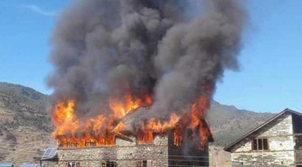 जुम्लाको चन्दननाथ नगरपालिकाको एक घरमा आगलागी, अन्न-कपडा सबै नष्ट