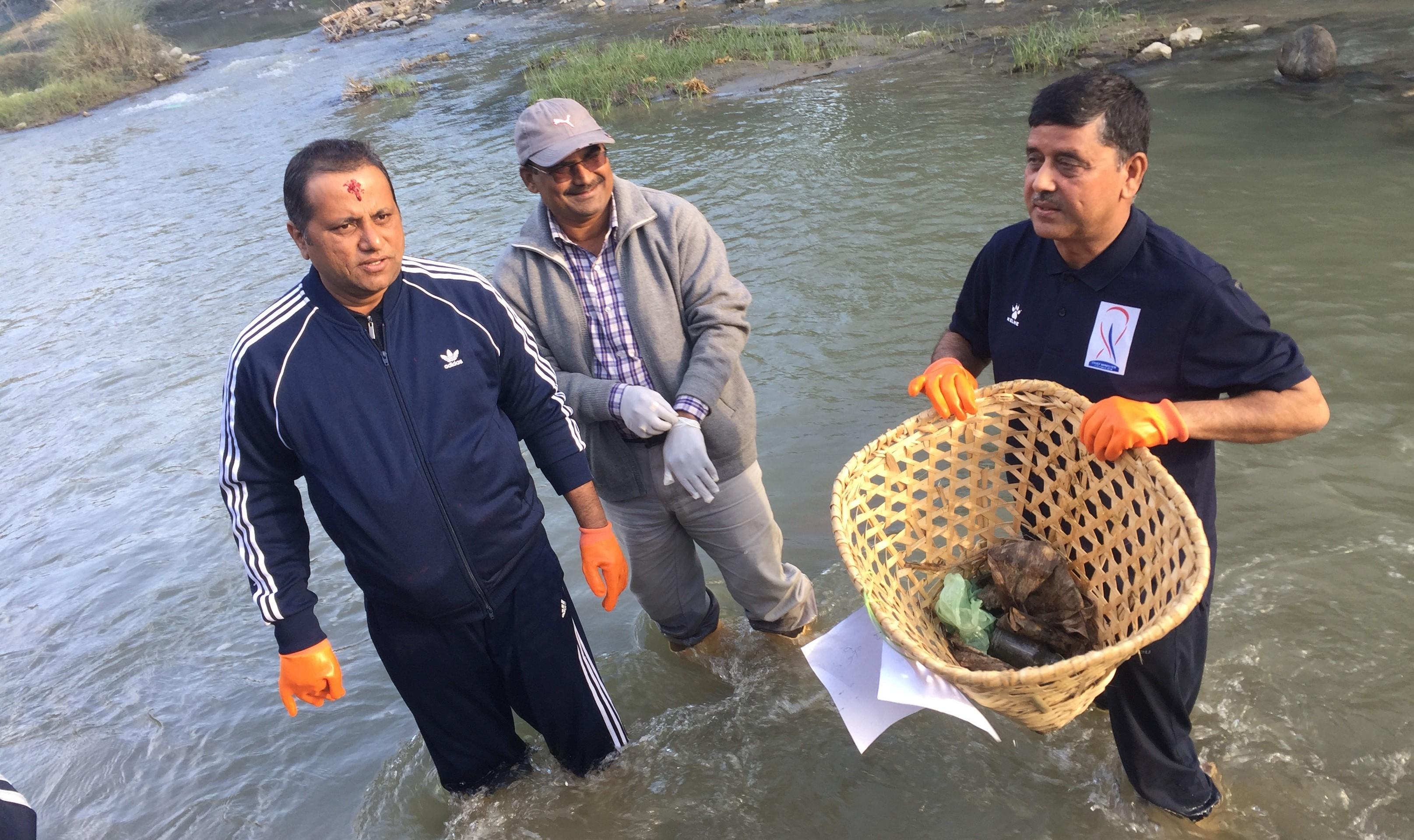 सिंघिया नदीमा सफाई अभियान शुरु, सुकुम्वासी वस्ती व्यबस्थित गरिने
