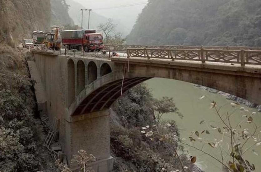 पुरानालाई विस्थापित गर्दै नयाँ पुल निर्मााणकाे प्रक्रिया थाल्न सरकारलाई निर्देशन
