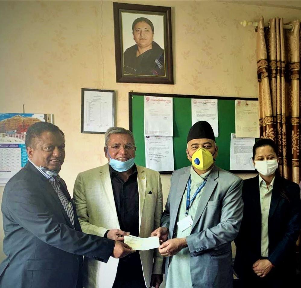 नेपाल लाइफद्धारा कोरोना उपचार कोषमा एक करोडकाे चेक हस्तान्तरण