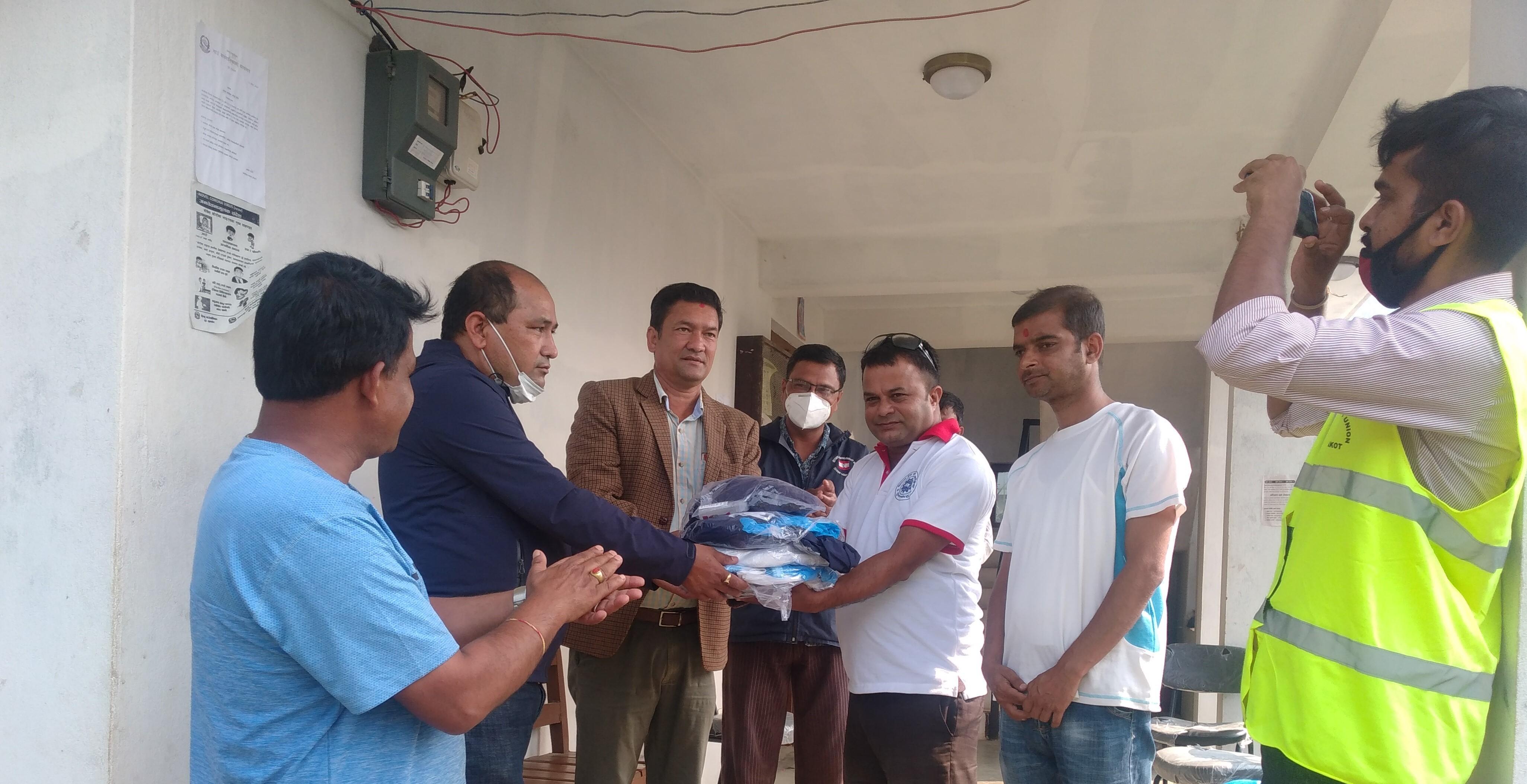 ट्रेड युनियन नुवाकोटद्वारा बेलकोटगढीका स्वास्थ्यकर्मीलाई पीपीई हस्तान्तरण