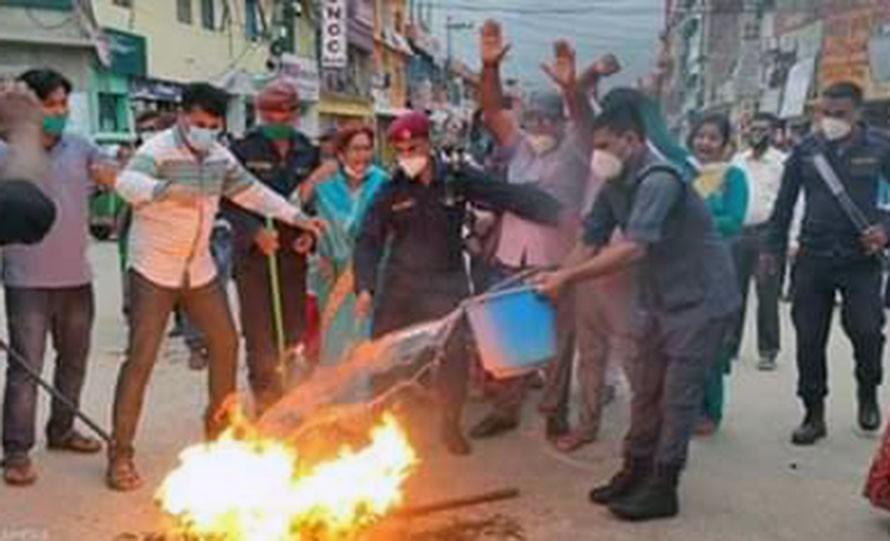 जनकपुरमा प्रधानमन्त्रीको पुत्ला जलाइयो