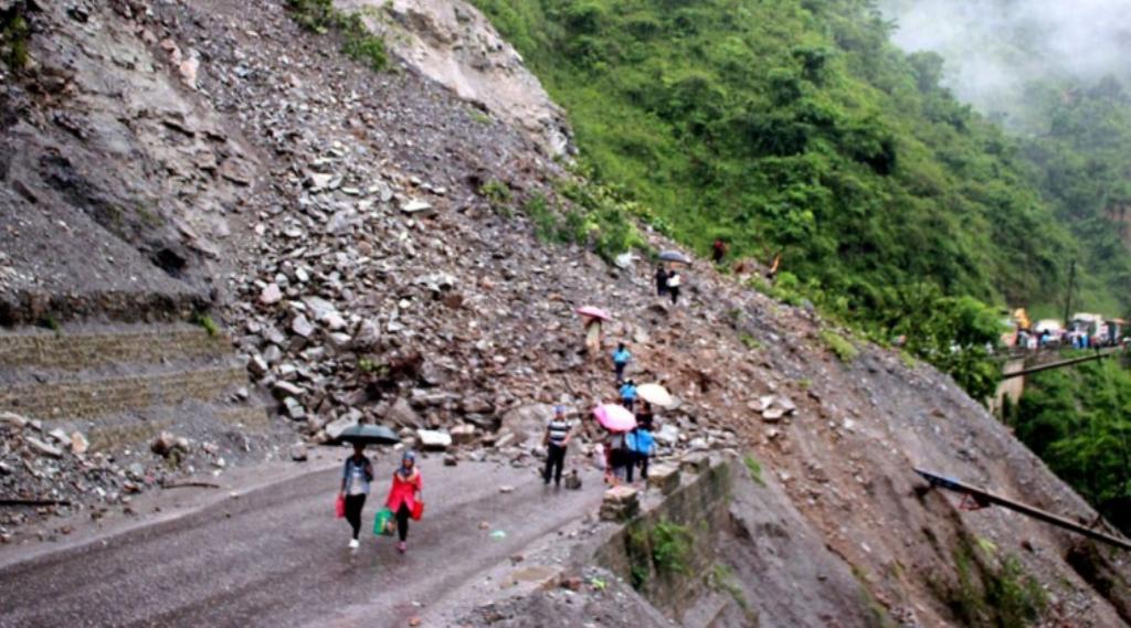लेदो झरेर नारायणगढ–मुग्लिन सडक अवरुद्ध