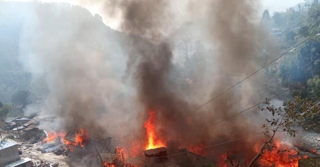 ताप्लेजुङकाे दोभान बजारमा आगलागी हुँदा तीन वटा बैंकसहित ४७ घर जलेर नष्ट