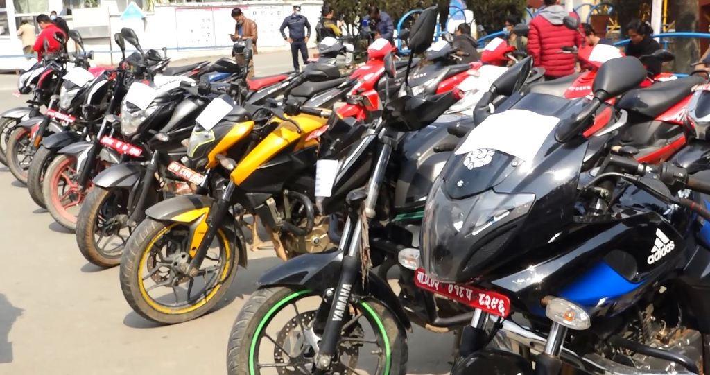 ट्राफिक प्रहरीले चोरीएका २७ वटा मोटरसाइकल सम्बन्धित धनीलाई बुझायो