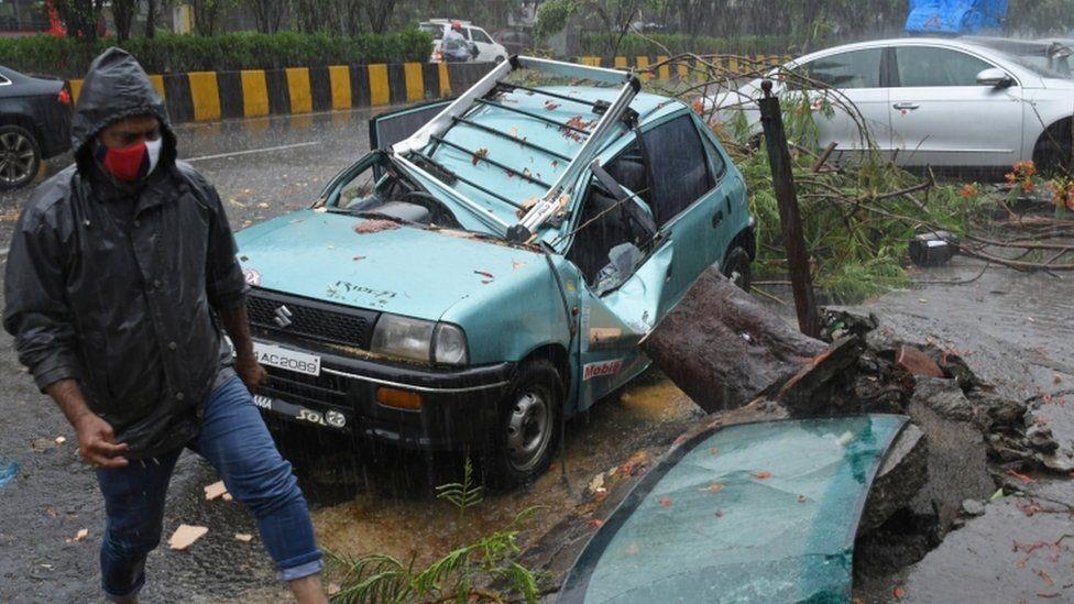 भारतमा शक्तिशाली समुद्री तुफानका कारण कम्तीमा २० जनाको मृत्यु