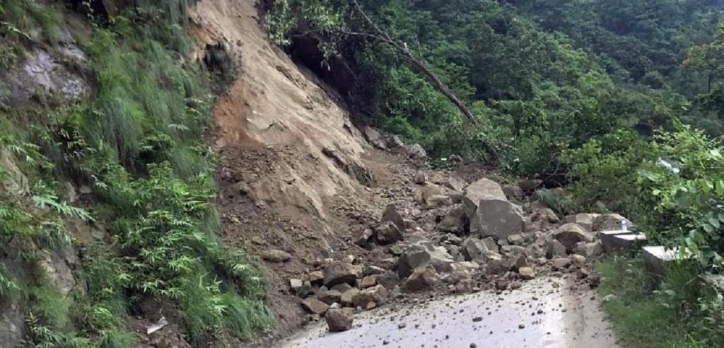 पहिरोका कारण सिद्धार्थ राजमार्ग अवरुद्ध