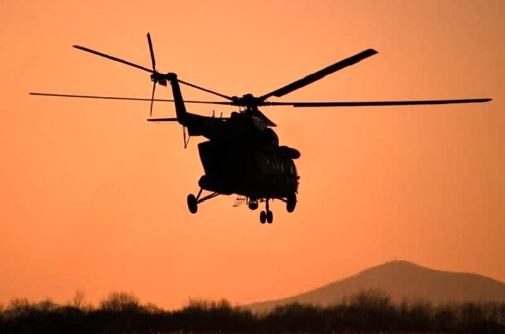 वर्षा र जोखिम कायमै रहेपछि मनाङबासी  हेलिकप्टर चार्टर गर्दै सुरक्षित स्थानमा जाँदै
